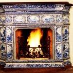 Le feu brûle dans la cheminée