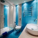 Salle de bain bleu vif