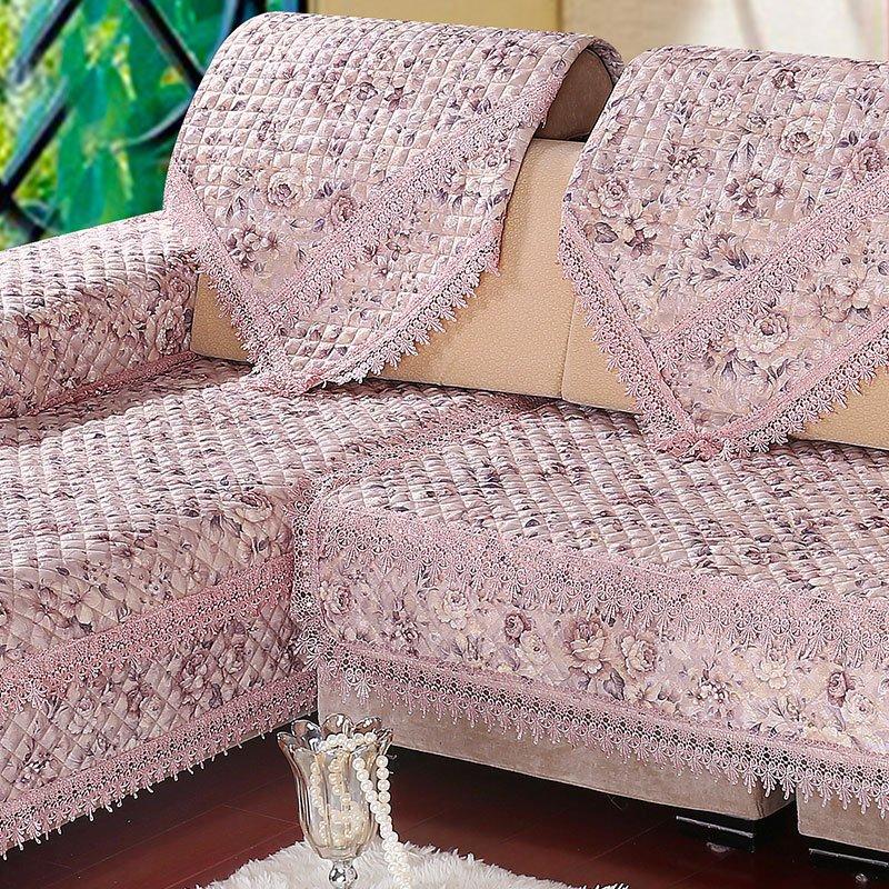 Couverture rectangulaire sur le canapé
