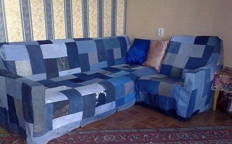 Couvre-lit sur un canapé de vieux jeans