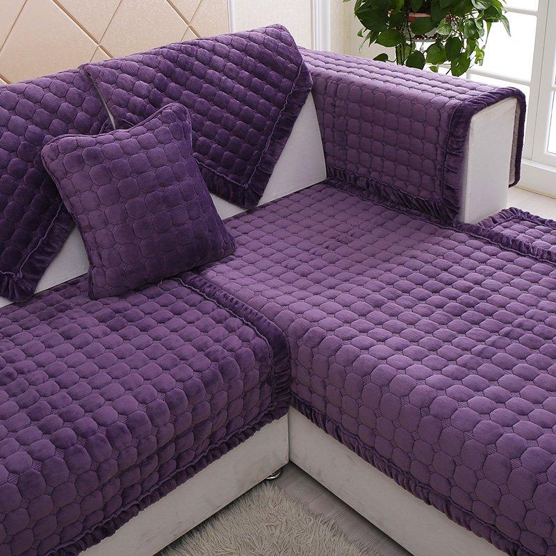 Prendre soin du couvre-lit sur le canapé