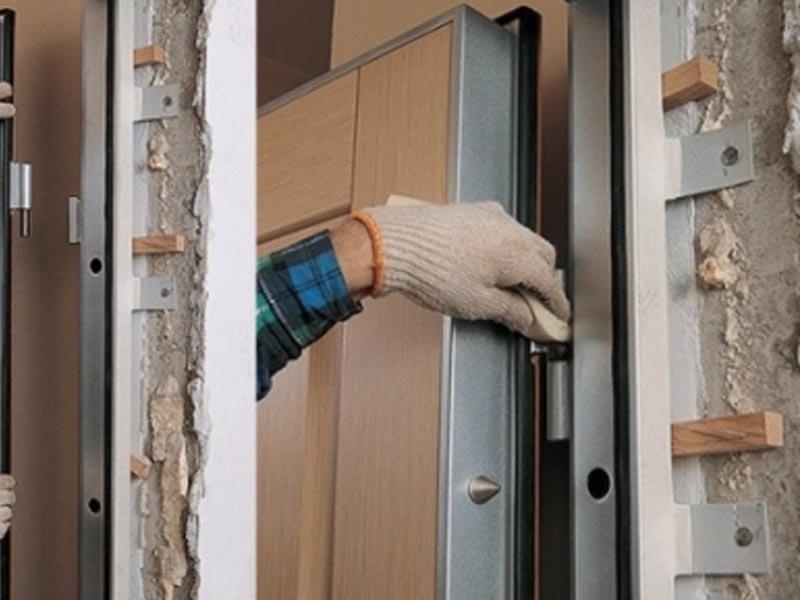 Installer une porte en fer dans un mur