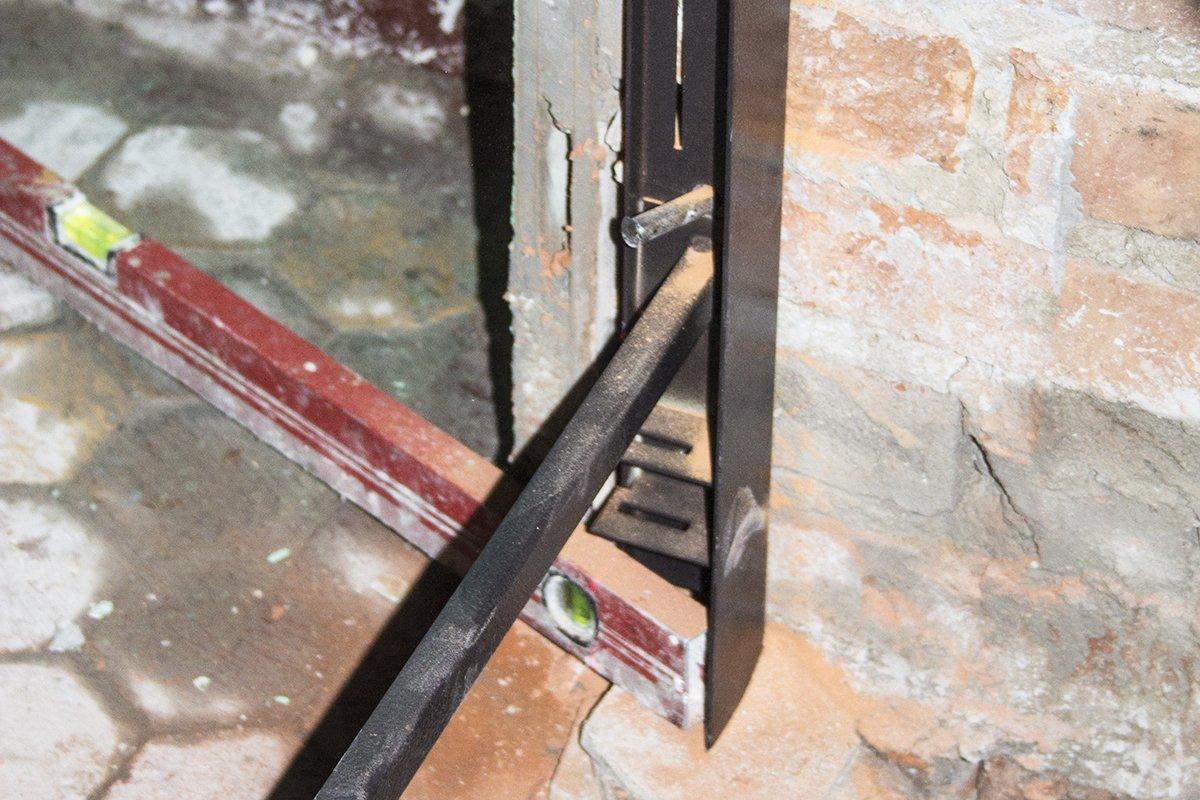 Installer une porte en fer dans un mur de briques