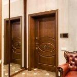 Armoire à miroir dans le couloir