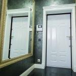 Grand miroir dans le couloir