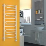 Mur orange dans la salle de bain