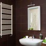 Porte-serviettes chauffant dans la salle de bain