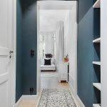 La combinaison de murs bleus et de portes blanches