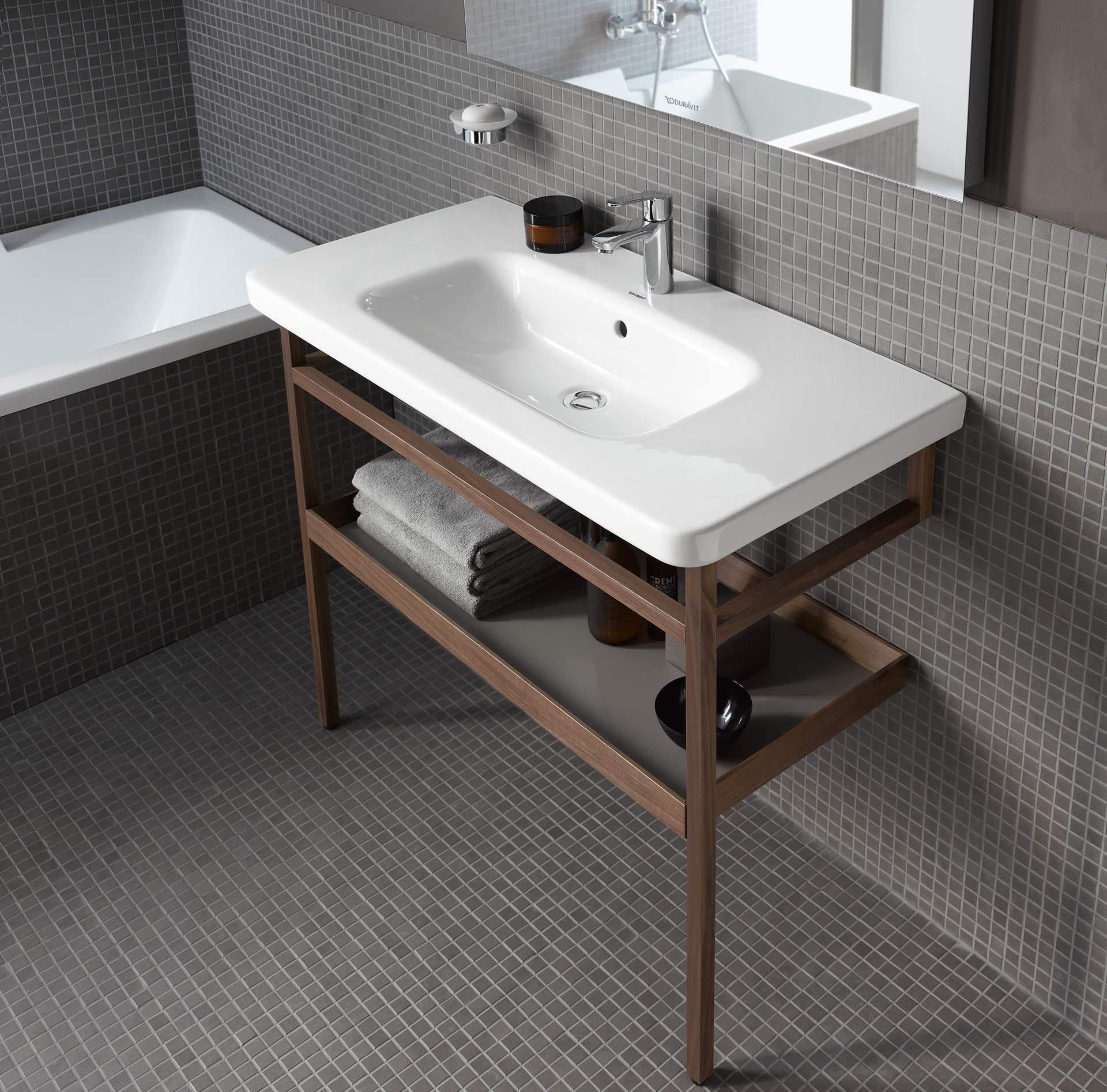 Couler sur les jambes hautes dans la salle de bain