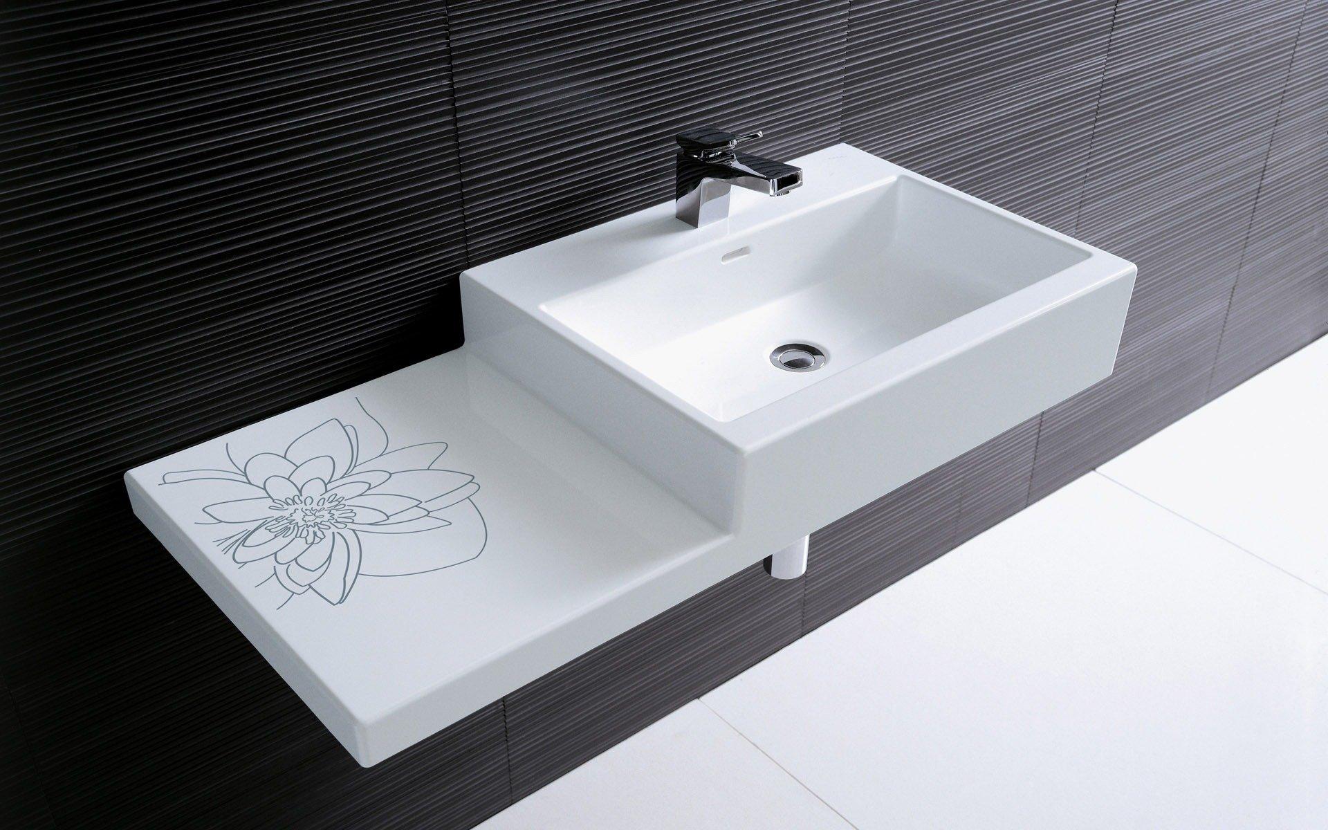 Un lavabo peu profond dans la salle de bain