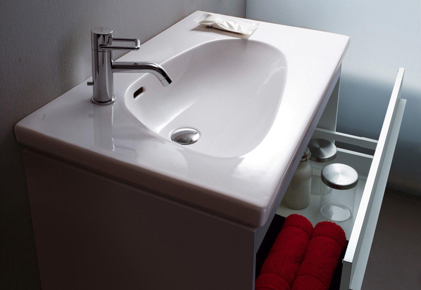 Lavabo avec meubles dans la salle de bain