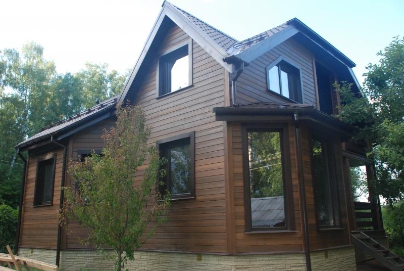 Kombinasjon av tømmer med en annen finish på huset