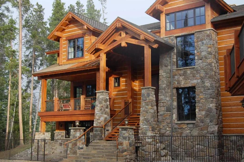 Imitasjon av tømmer og stein på huset