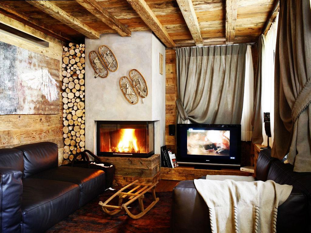 Le plafond des planches dans une maison en bois