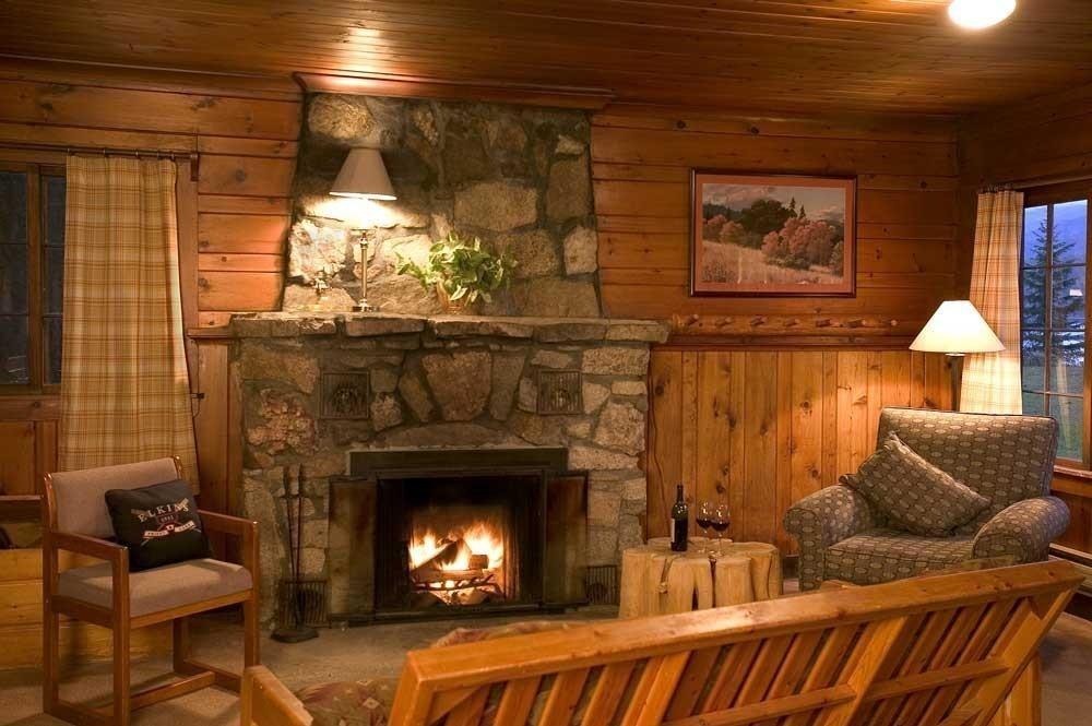 Cheminée dans une maison en bois
