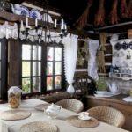 Balais d'herbe sous le plafond
