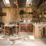 Coin repas entre la cuisine et le salon